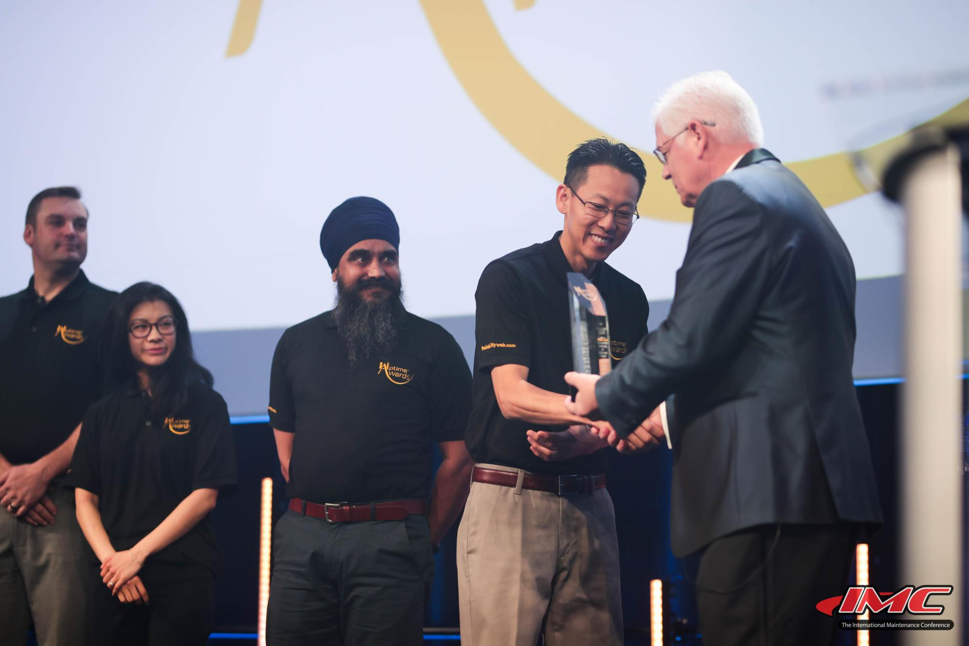 Andy Yang and team accepting Uptime award